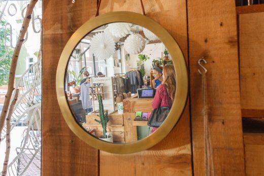 Das Foto zeigt die Bloggerin Rebecca in einem Spiegel im Laden Unterhaltung Lieblingsstücke