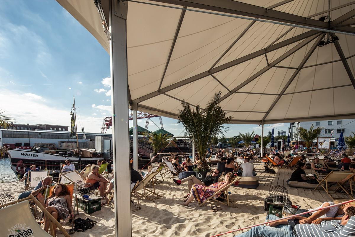 Das Foto zeigt das Eventschiff Herr Walter und die zugehörige Strandbar im Dortmunder Hafen