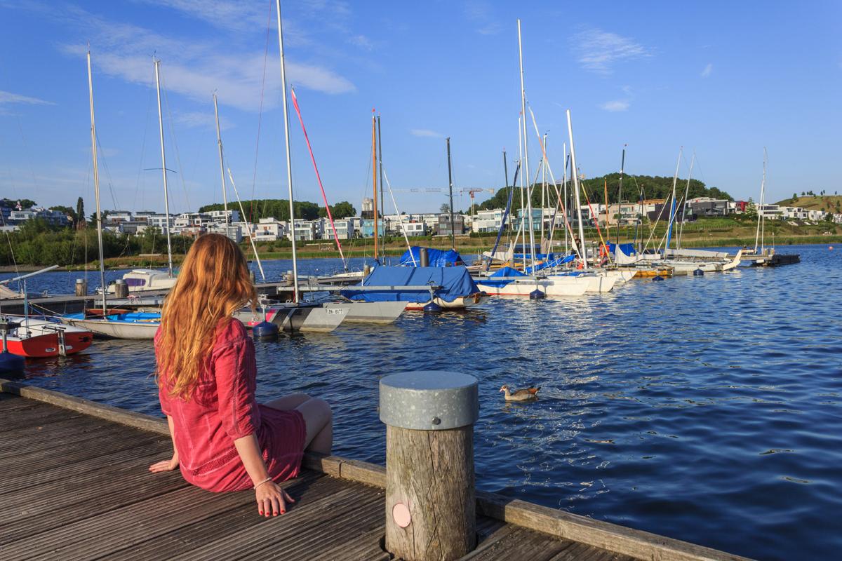 Das Foto zeigt die Bloggerin Rebecca am Phoenixsee in Dortmund