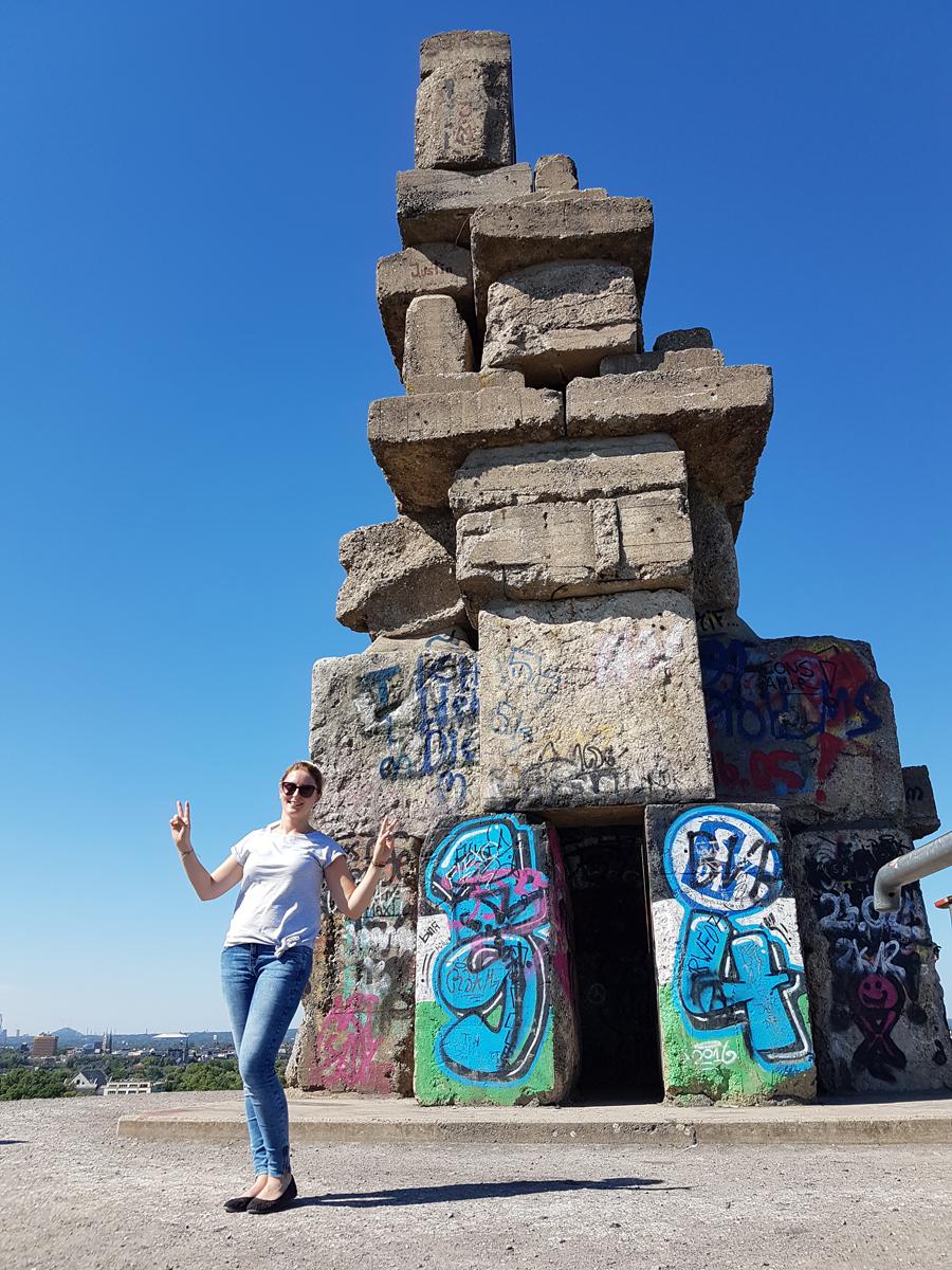 Das Foto zeigt die Blogautorin Katalina vor der Himmelstreppe auf der Halde Rheinelbe in Gelsenkirchen.