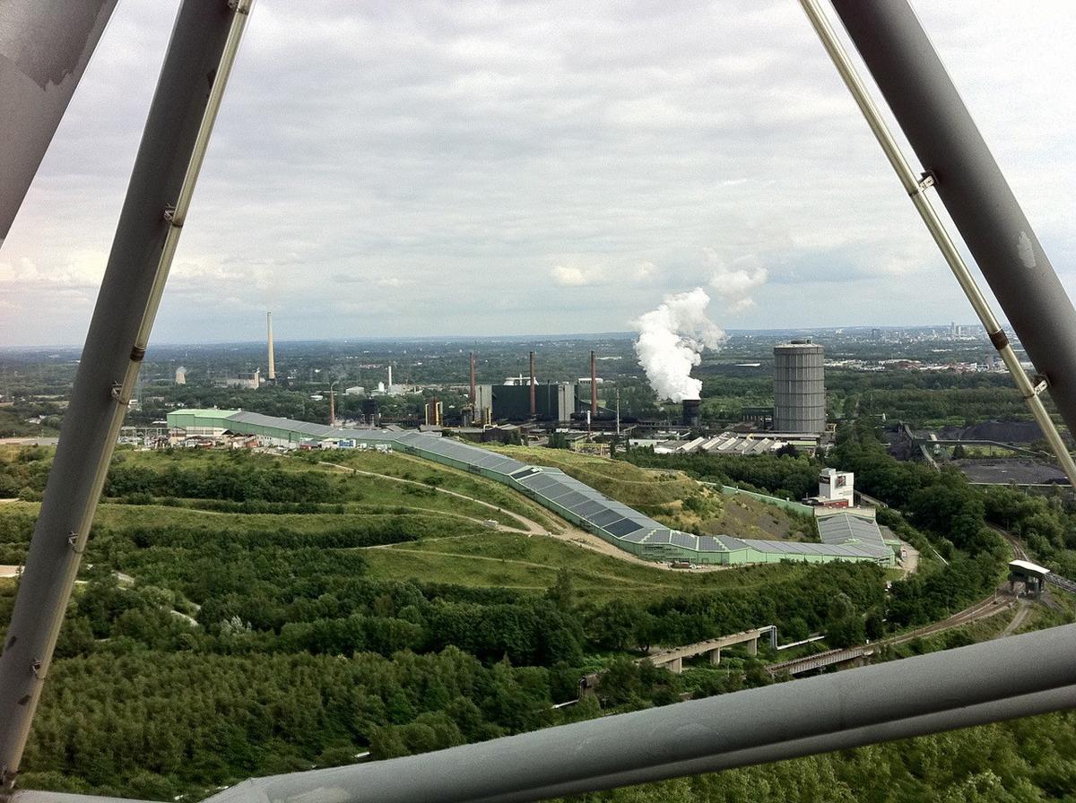 Das Foto zeigt den Ausblick aufs Ruhrgebiet vom Tetraeder auf der Halde Beckstraße in Bottrop.