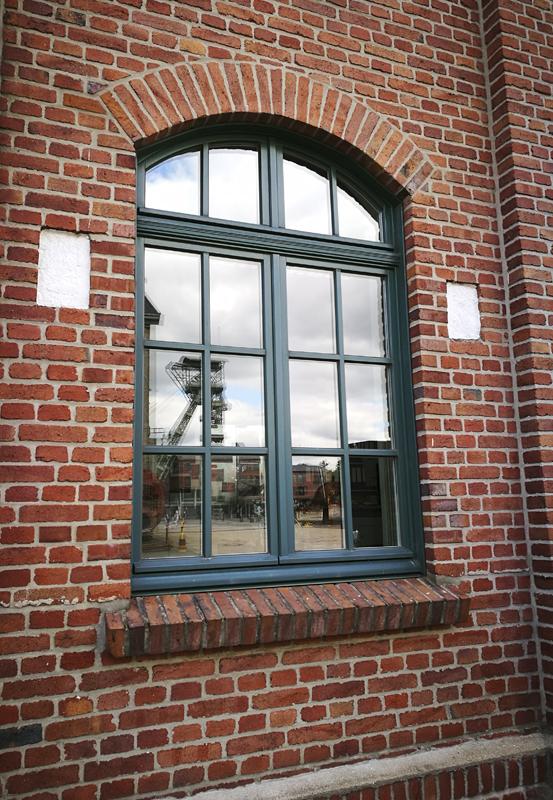 Das Foto zeigt die beiden Fördergerüste der Zeche Zollern Dortmund. Hier im Spiegelbild eines Fensters.