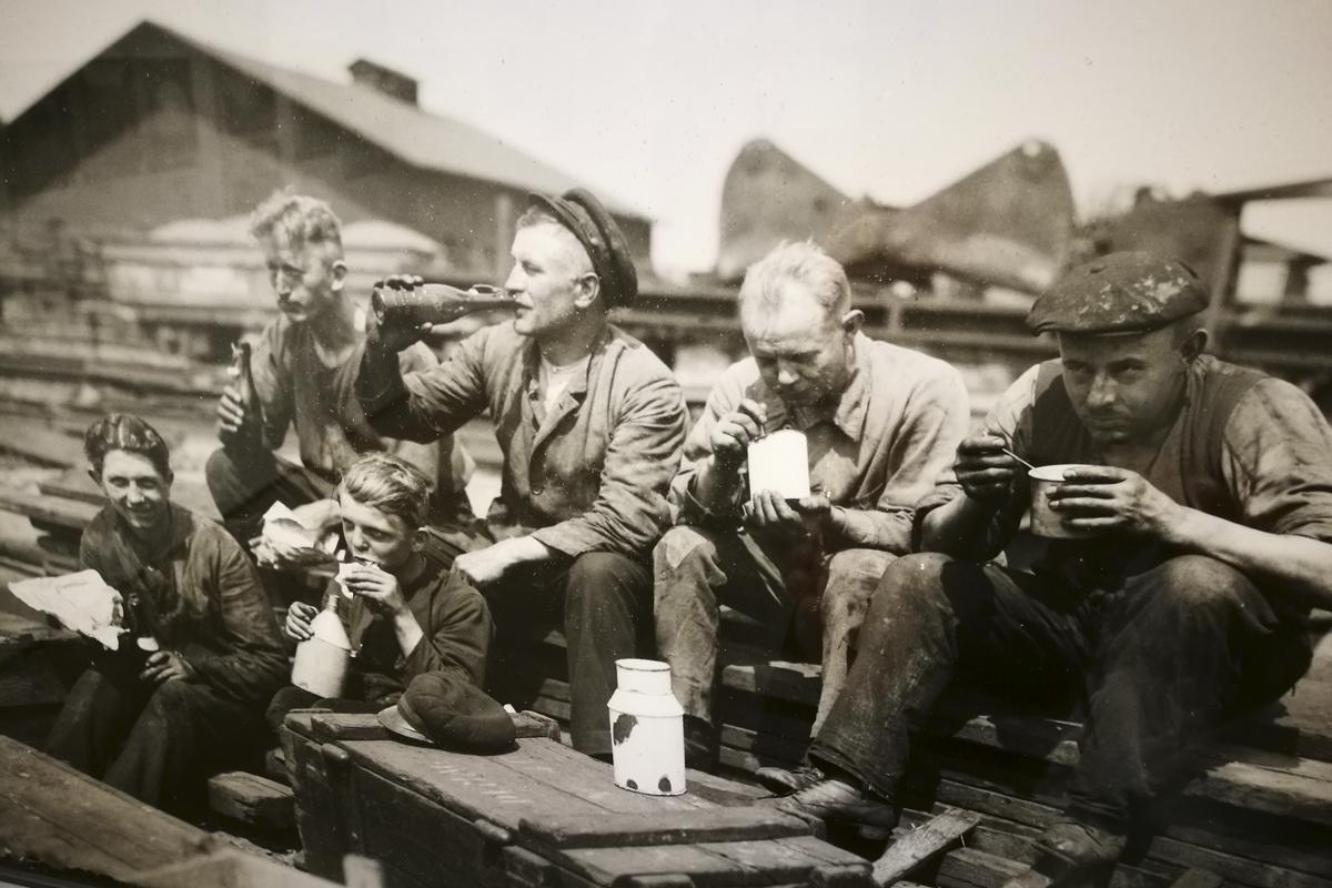 Das Foto zeigt eine typische Situation von Arbeitern während ihrer Pause auf der Zeche.