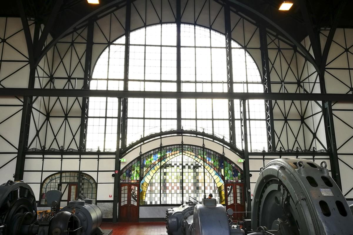 Das Foto zeigt die Maschinenhalle der Zeche Zollern mit den vielen Maschinen im Vordergrund und den Jugendstilfenstern.