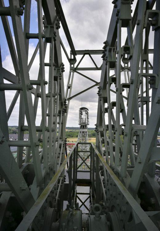 Das Foto zeigt den Ausblick von einem Förderturm der Zeche Zollern auf den anderen.