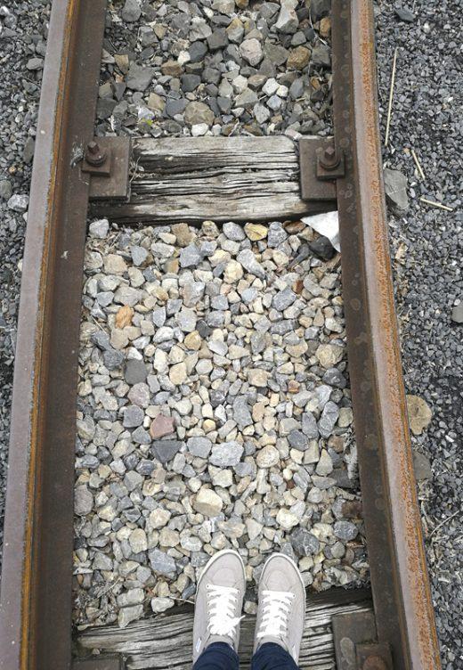 Das Foto zeigt einen Ausschnitt der vielen Schienen, die noch heute über das gesamte Gelände der Zeche Zollern in Dortmund verlaufen.