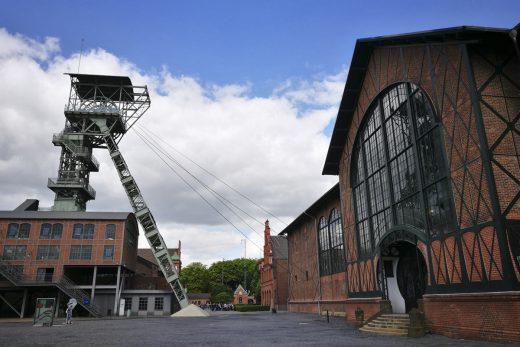 Das Foto zeigt das Panorama von Förderturm, Schachthalle und Maschinenhalle auf dem Gelände der Zeche Zollern