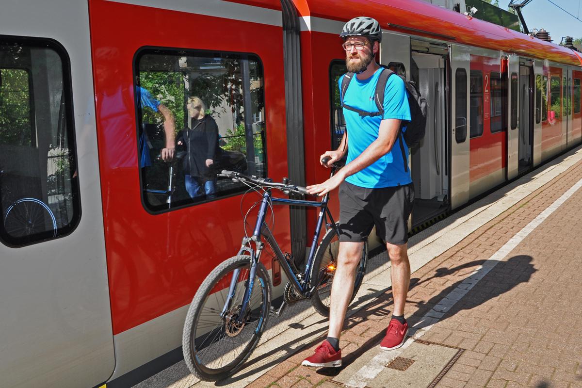 Das Foto zeigt Blogautor Florian mit seinem Mountainbike bei der Ankunft am Bahnhof Hattingen.