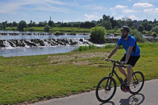 Das Foto zeigt Blogautor Florian mit seinem Fahrrad, wie er vorbei an den Kaskaden in Hattingen an der Ruhr radelt.