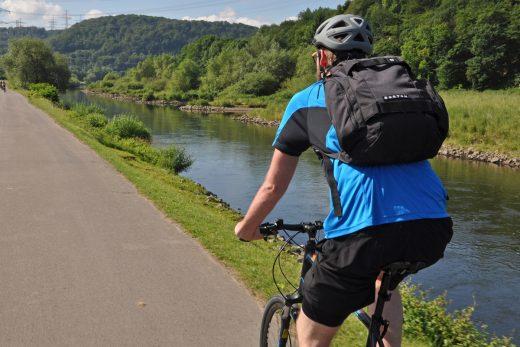 Das Foto zeigt Blogautor Florian von hinten auf seinem Rad auf dem RuhrtalRadweg in Hattingen.