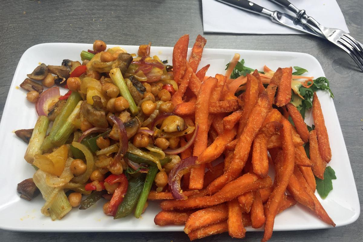 Das Bild zeigt Ninas neueste Empfehlung im Liebling zum Mühlenbach: veganes Curry mit Kichererbsen und allerlei Gemüse.