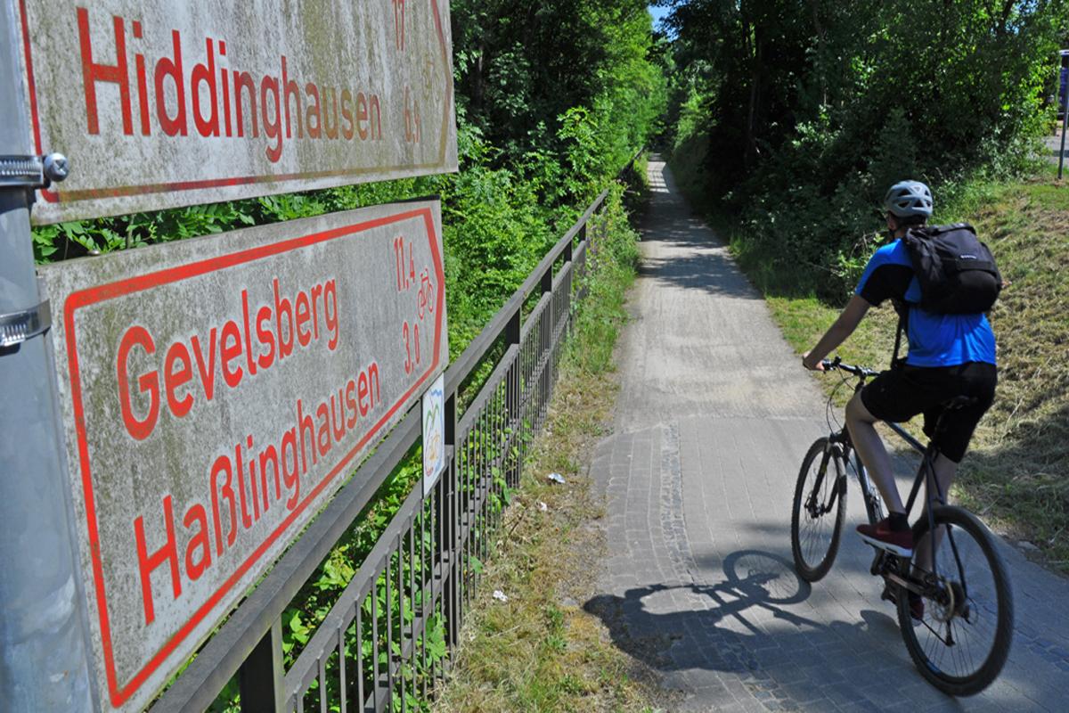 """Das Foto zeigt Blogautor Florian auf seinem Fahrrad direkt neben den Radwegschildern auf der """"Von Ruhr zu Ruhr-Tour""""."""