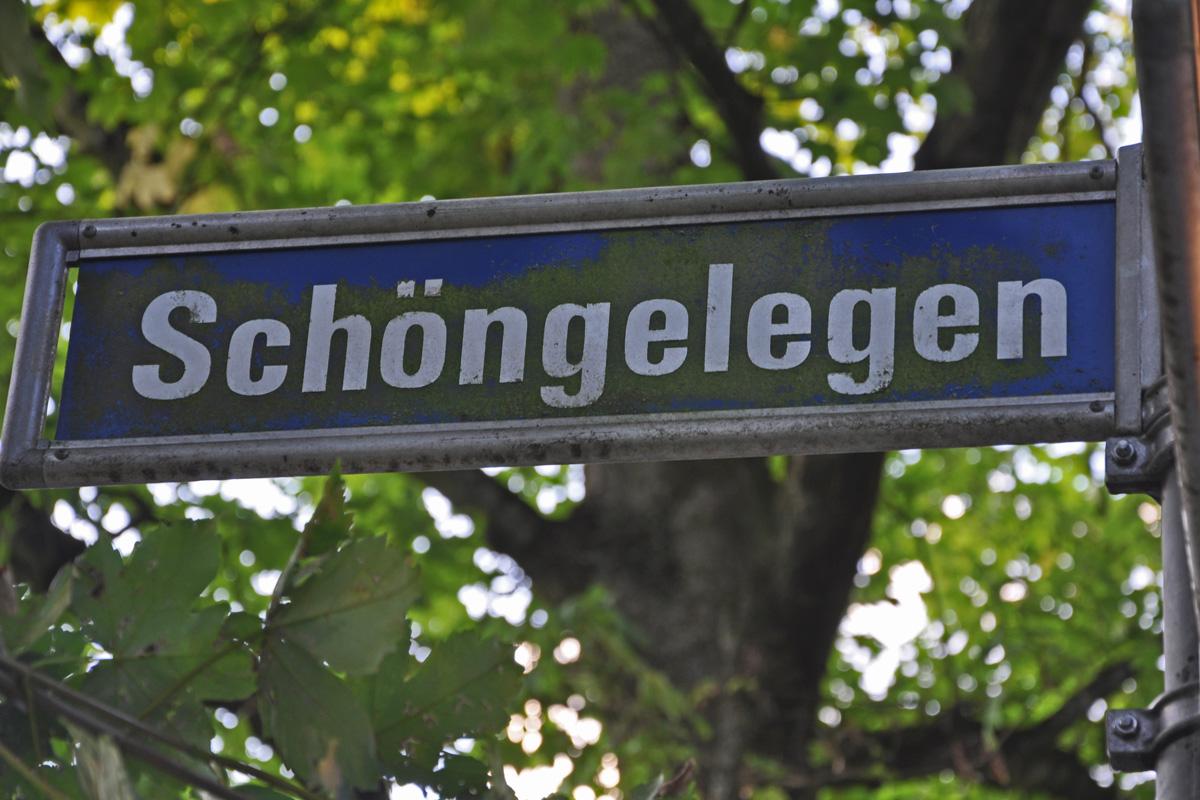 Das Foto zeigt das Schild der Straße Schöngelegen in der Essener Margarethenhöhe