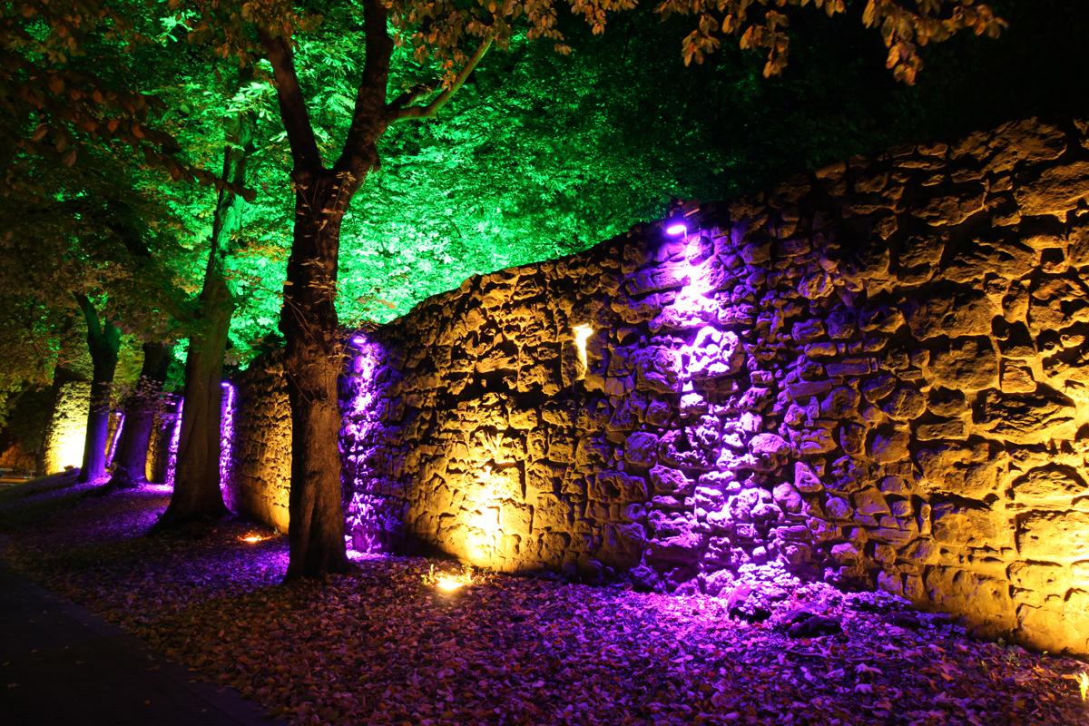 Das Bild zeigt einen Teil der beleuchteten Stadtmauer