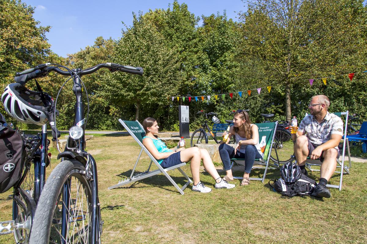 Das Foto zeigt eine Gruppe von Radlern in Liegestühlen vor Holgers Erzbahnbude