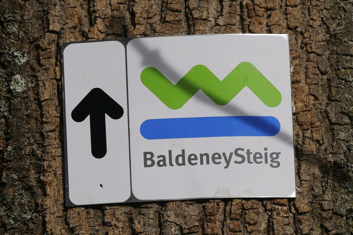 Das Foto zeigt ein Schild des Baldeneysteig