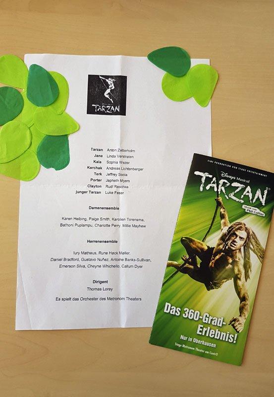 Das Foto zeigt ein Blatt mit der Besetzung des Musicals Tarzan