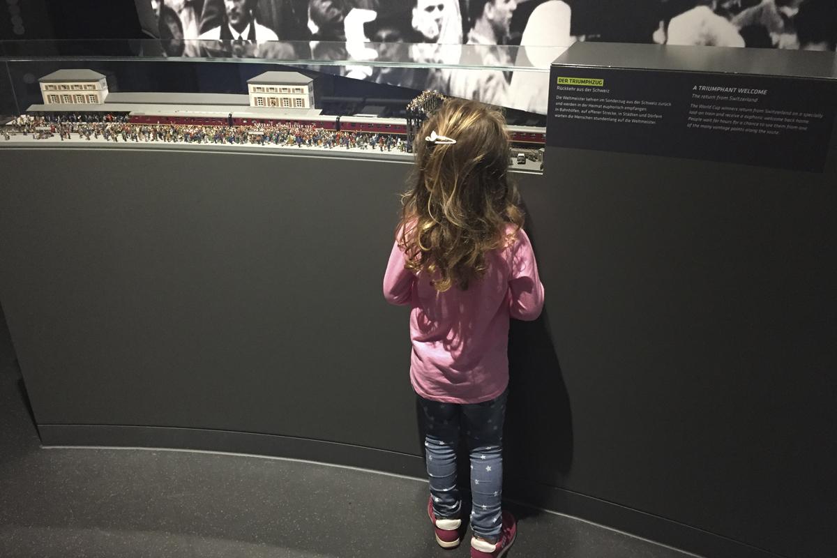Das Foto zeigt die Tochter der Blogautorin Nina im Deutschen Fußballmuseum