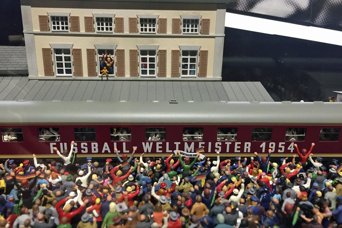 Das Foto zeigt ein Ausstellungsstück zur Weltmeisterschaft 1954 im Deutschen Fußballmuseum