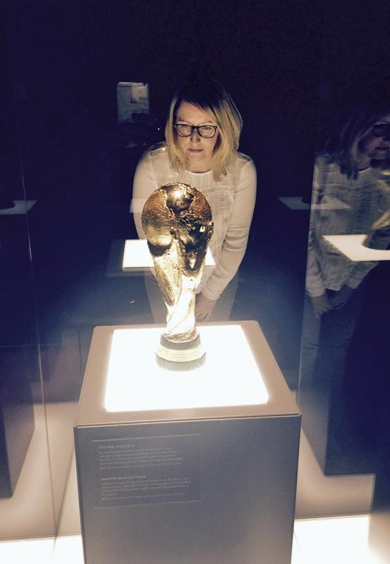 Das Foto zeigt die Blogautorin Nina in der Schatzkammer des Deutschen Fußballmuseum