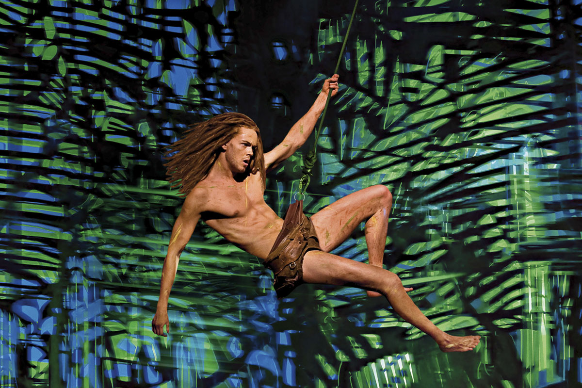 Das Foto zeigt Tarzan an einer Liane min Stage Metronom Theater in Oberhausen