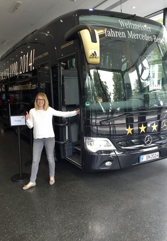 Das Foto zeigt die Blogautorin Nina vorm Mannschaftsbus der Nationalmannschaft im Deutschen Fußballmuseum