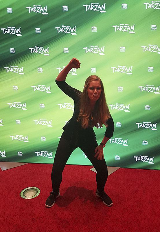 Das Foto zeigt Blogautorin Christin nach der Tarzan Vorstellung in Gorilla-Pose