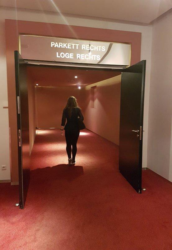 Das Foto zeigt Blogautorin Christin auf dem Weg in den Theatersaal