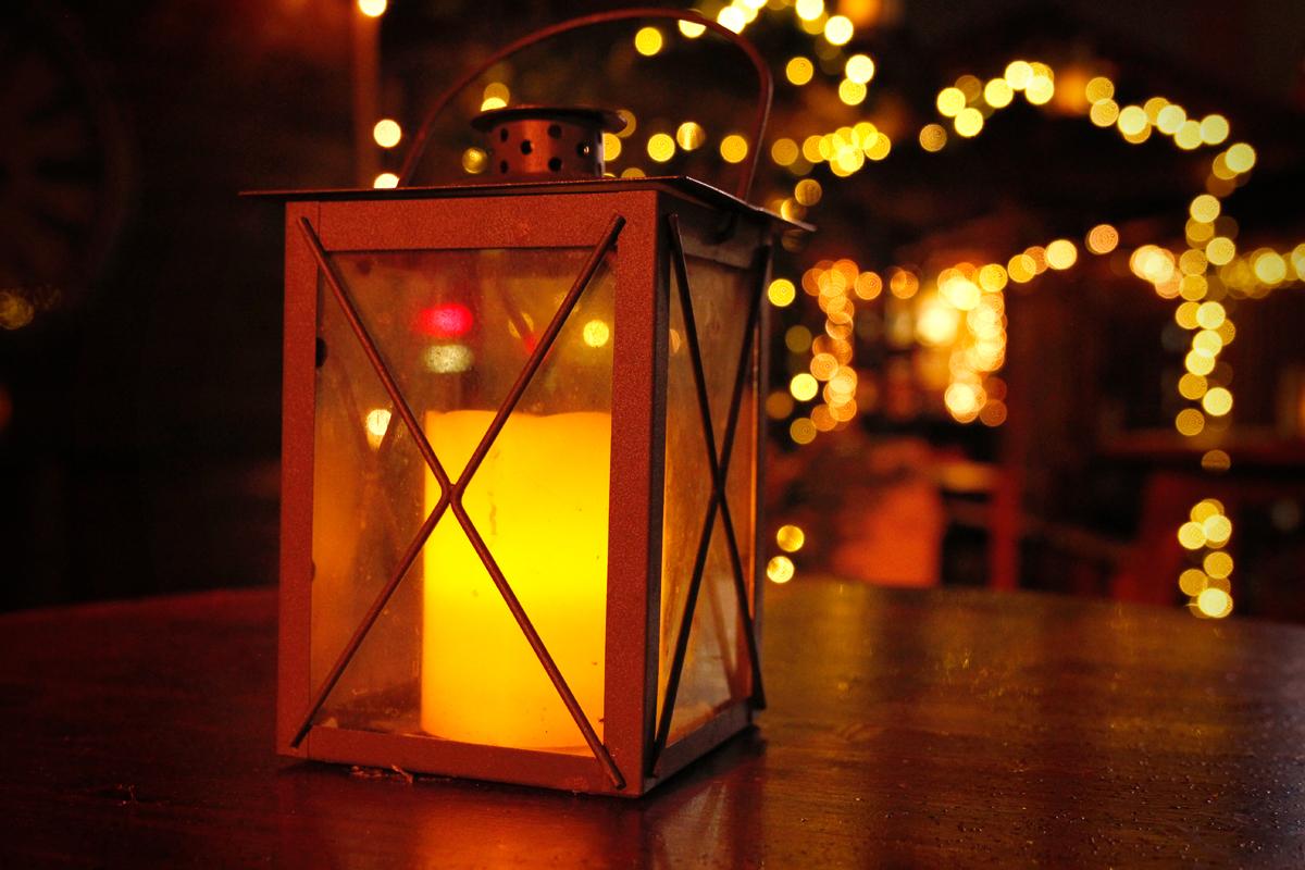 Das Foto zeigt eine Laterne auf dem Weihnachtsmarkt