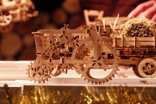Das Foto zeigt Fahrzeugmodelle aus Holz auf dem Weihnachtsmarkt am CentrO Oberhausen