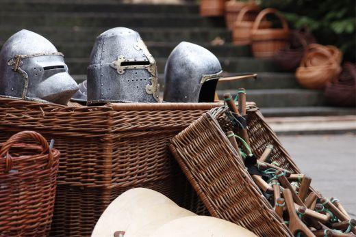 Das Foto zeigt kleine Ritterrüstungen auf dem Mittelalterlichen Weihnachtsmarkt Essen