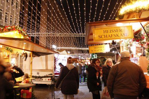 Das Foto zeigt deb Lichterhimmel über den Hütten des Weihnachtsmarkt Recklinghausen