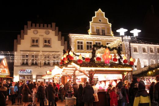Das Foto zeigt den Weihnachtsmarkt Recklinghausen in besonderer Altstadtkulisse