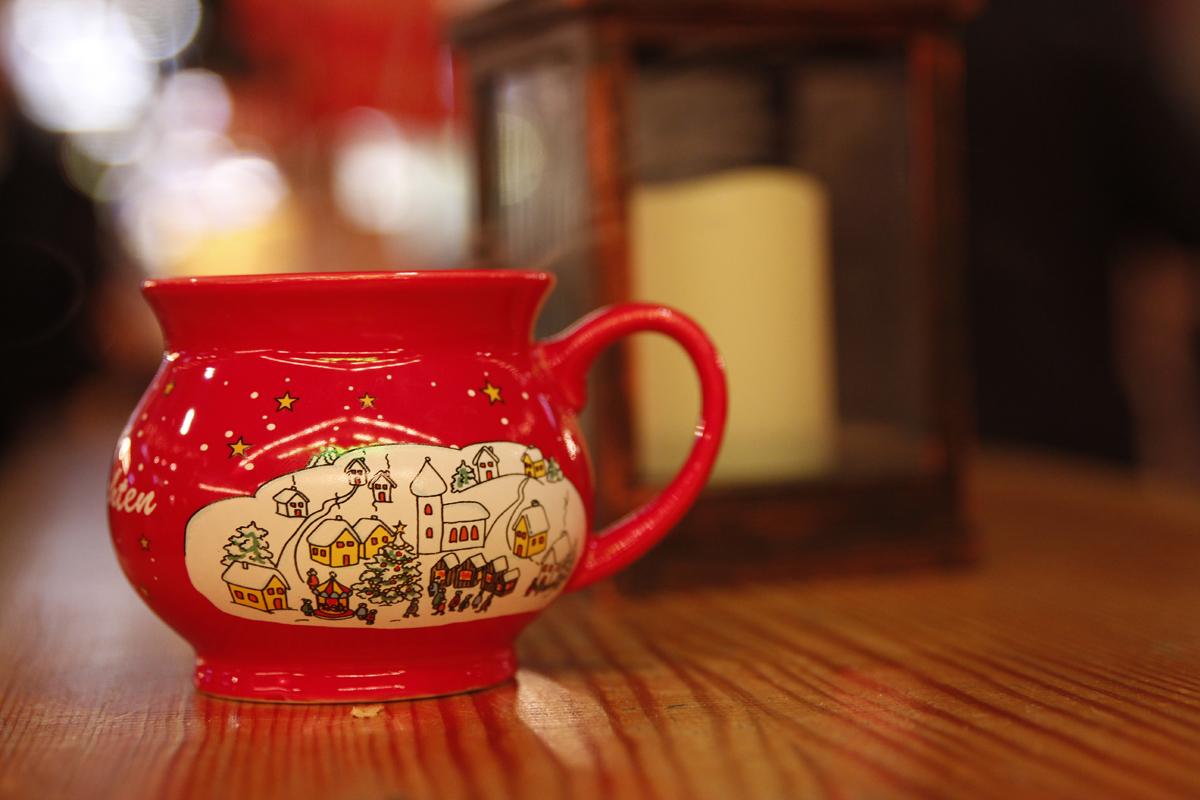 Das Foto zeigt eine Tasse Punsch auf dem Weihnachtsmarkt Recklinghausen