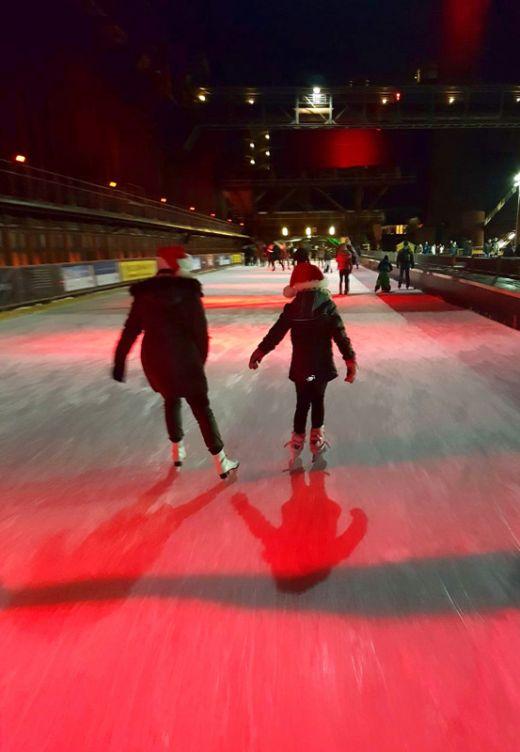 Das Foto zeigt Menschen beim Eislaufen auf der Zollverein Eisbahn