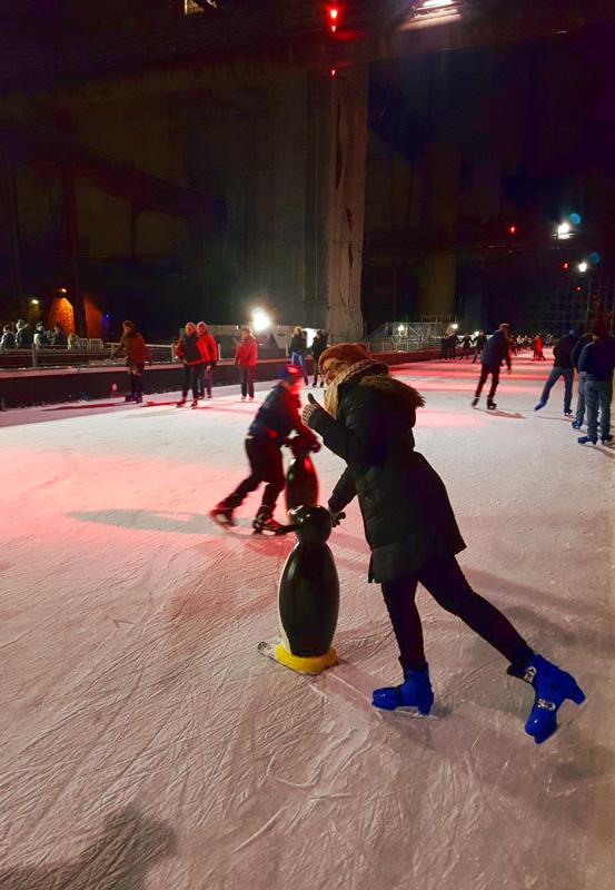 Das Foto zeigt die Blogautorin Ronja auf der Zollverein Eisbahn