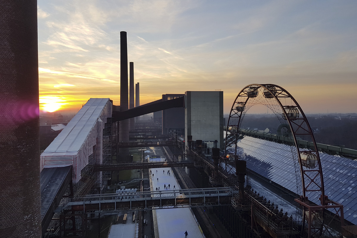 Das Foto zeigt eine komplette Übersicht der Zollverein Eisbahn von oben