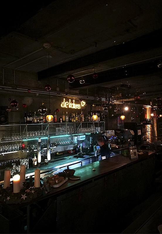 Das Foto zeigt die Bar des Kokerei Cafés auf dem Kokereigelände des UNESCO-Welterbe Zollverein