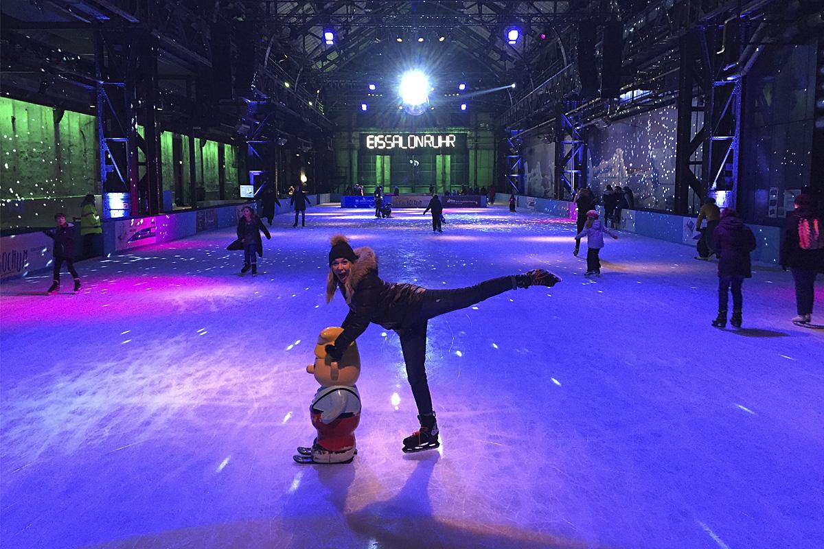 Das Foto zeigt eine Freundin der Blogautorin Ronja in gekonnter Eislaufhaltung