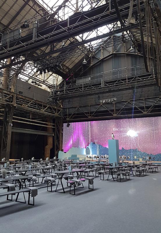 Das Foto zeigt den Gastronomiebereich des EisSalon Ruhr in der Jahrhunderthalle Bochum