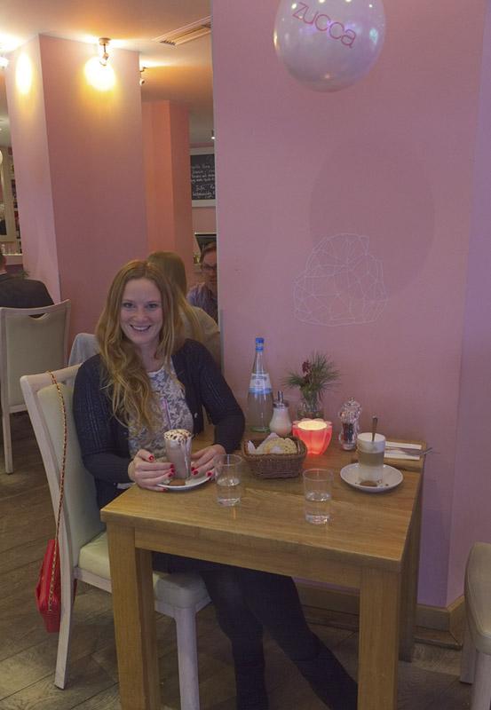 Das Foto zeigt Bloggerin Rebecca im Café Zucca auf der Rüttenscheider Straße in Essen
