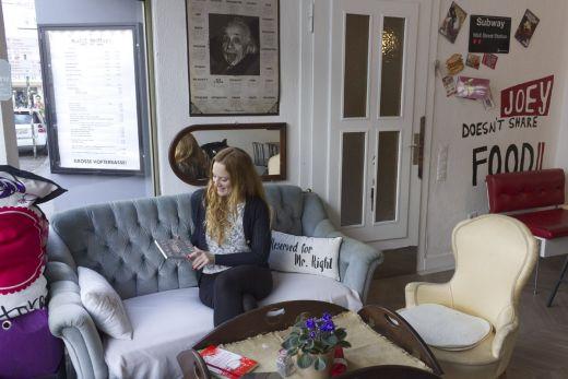 Das Foto zeigt Bloggerin Rebecca auf der Couch des Cafés cooki jar in Essen