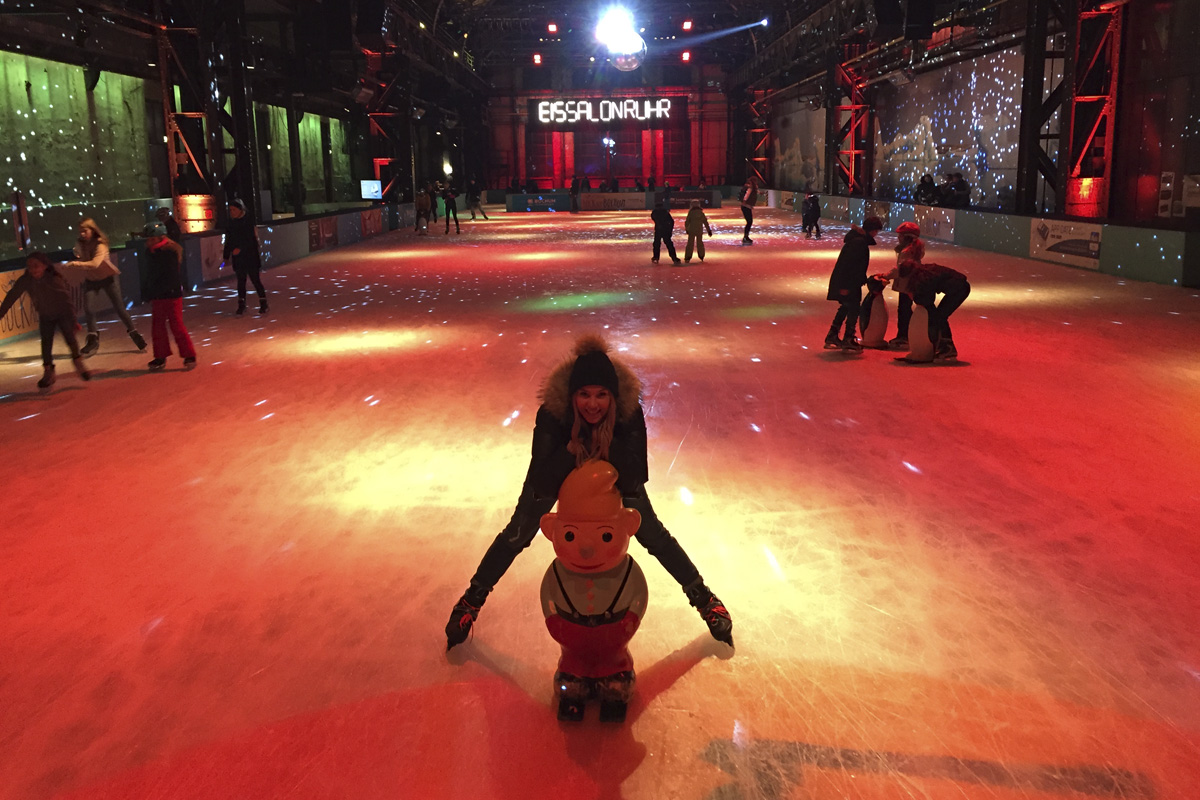 Das Foto zeigt die toll erleuchtete Eisfläche des EisSalon Ruhr in der Jahrunderthalle Bochum