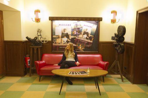Das Foto zeigt die Bloggerin Rebecca im Filmstudio Glückauf in Essen