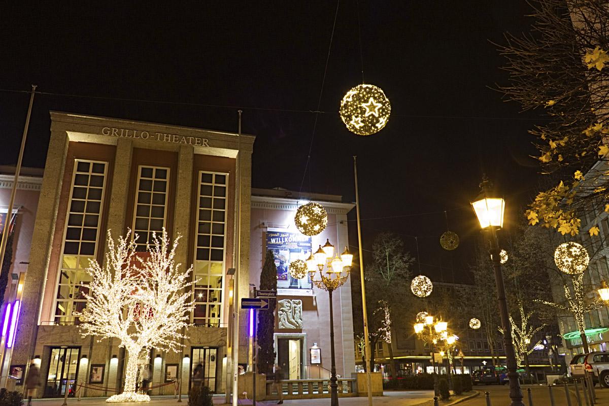 Das Foto zeigt das Grillo-Theater in Essen in weihnachtlicher Atmosphäre