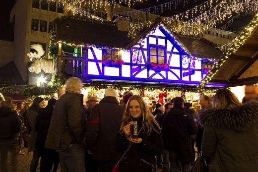Das Foto zeigt Bloggerin Rebecca mit einem Glühwein auf dem Weihnachtsmarkt Essen