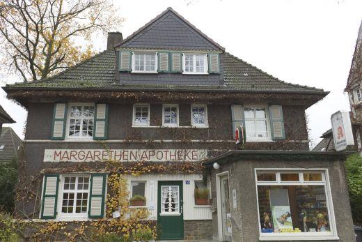 Das Foto zeigt das hübsche Gebäude der Apotheke in der Margarethenhöhe