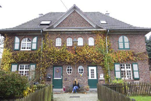 Das Foto zeigt Bloggerin Rebecca vor einem der schönen Häuser in der Margarethenhöhe