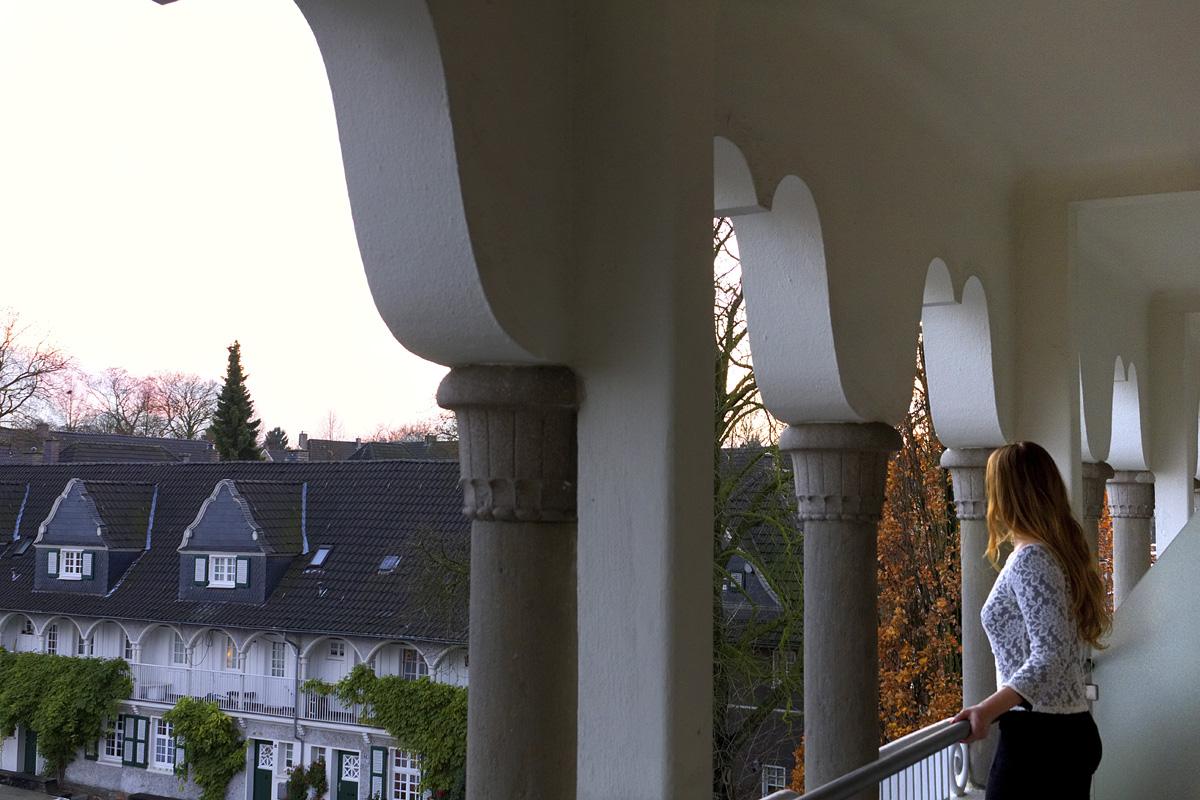 Das Foto zeigt die Bloggerin Rebecca auf dem Balkon vom Mintrops Stadt Hotel Margerethenhöhe