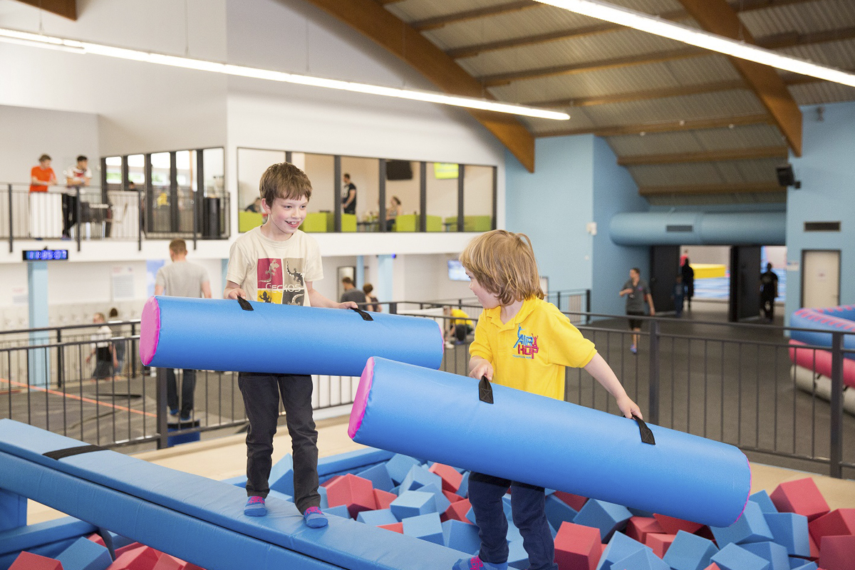 Das Foto zeigt zwei spielende Kinder im AirHop in Essen